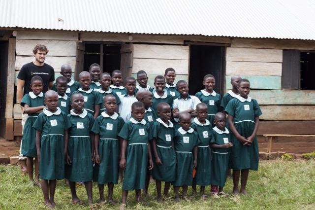 Crianças uniformizadas em Uganda, após a venda das imagens