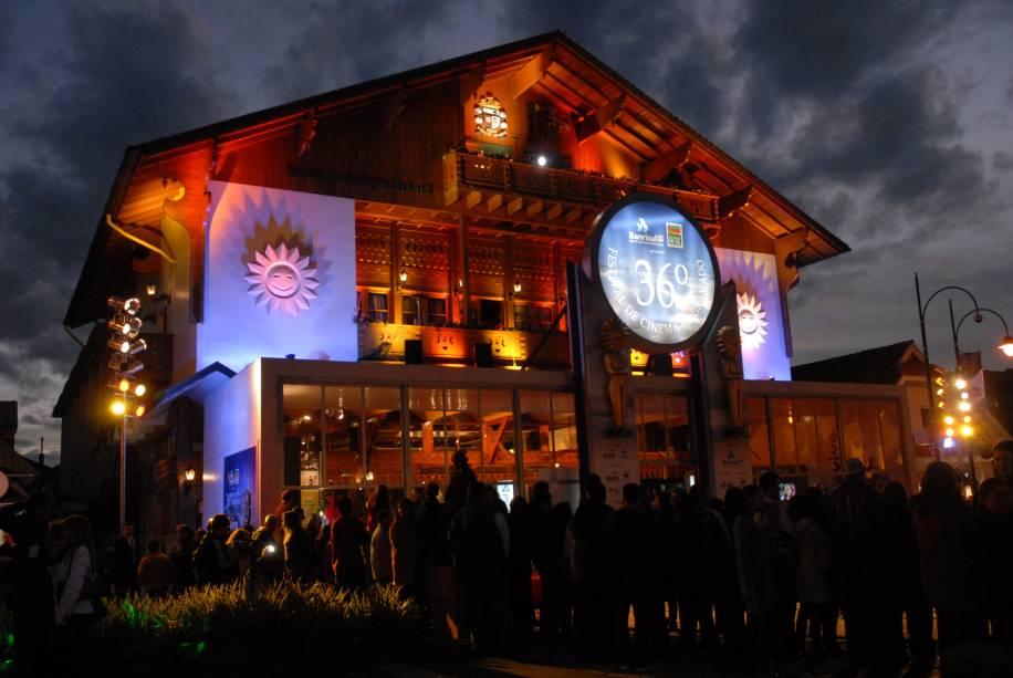 Em agosto acontece o Festival de Cinema de Gramado (RS), o maior evento do gênero no Brasil. Cineastas, diretores, e atores discutem, divulgam e incentivam a criação cinematográfica no país e na América Latina.