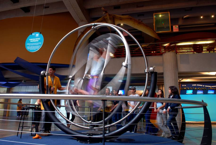 O Museu de Ciências e Tecnologia de Porto Alegre (RS) transforma conceitos de química, física e matemática em brincadeiras interativas com espelhos, telefone gigantesco sem fio e até um choque elétrico. São cerca de 700 experimentos para divertir gente de todas as idades.