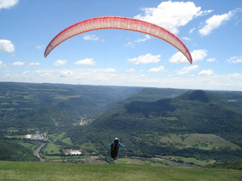 Os corajosos podem se aventurar num voo duplo de paraglider com meia hora de duração. Se voo livre não for sua praia, o panorama da serra, com direito a ver os prédios de Caxias do Sul, já vale o programa.