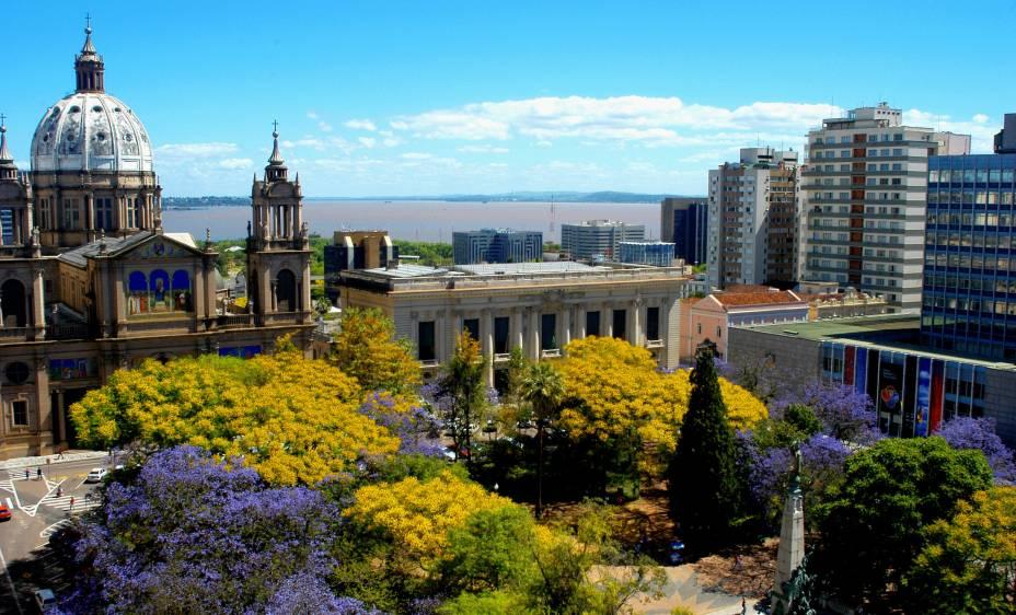 Também conhecida como Praça da Matriz, a Praça Marechal Deodoro abriga a Catedral Metropolitana, o Palácio Piratini e o Theatro São Pedro. Quando os jacarandás estão floridos a praça ganha um colorido especial