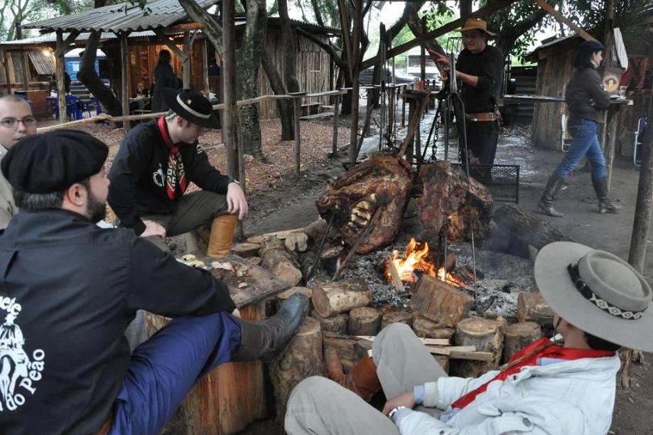 Grupos de CTGs (centros de tradição gaúcha) do país inteiro acampam no Parque da Harmonia, em Porto Alegre (RS), durante a Semana Farroupilha