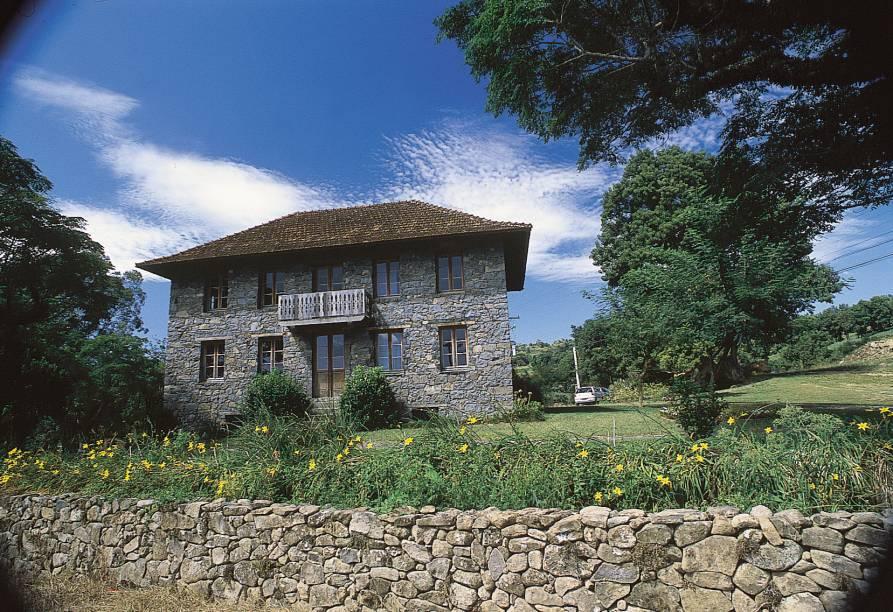 Na área rural de Bento Gonçalves (RS), fica os Caminhos de Pedra. A estrada de 7 km tem 28 casas de pedra e madeira da época da imigração italiana – algumas abertas para visita