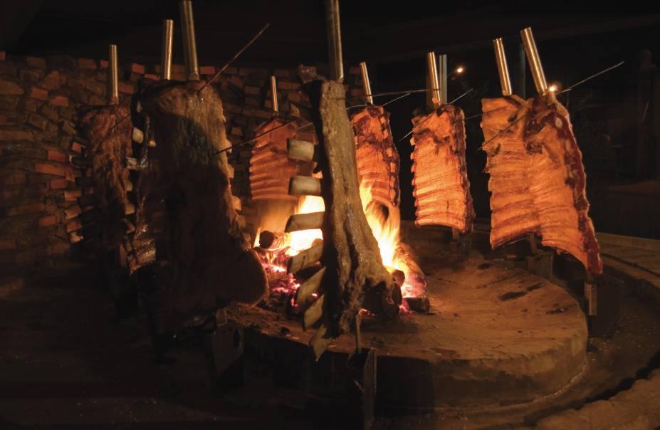 Quando paravam para comer, os gaúcos abatiam um animal, cavavam um buraco no chão, acendiam o fogo, espetavam a carne, já salgada, em galhos de árvores. Então esperavam o churrasco ficar pronto acompanhados do chimarrão. Esse modo de preparo foi adaptado para as churrascarias modernas