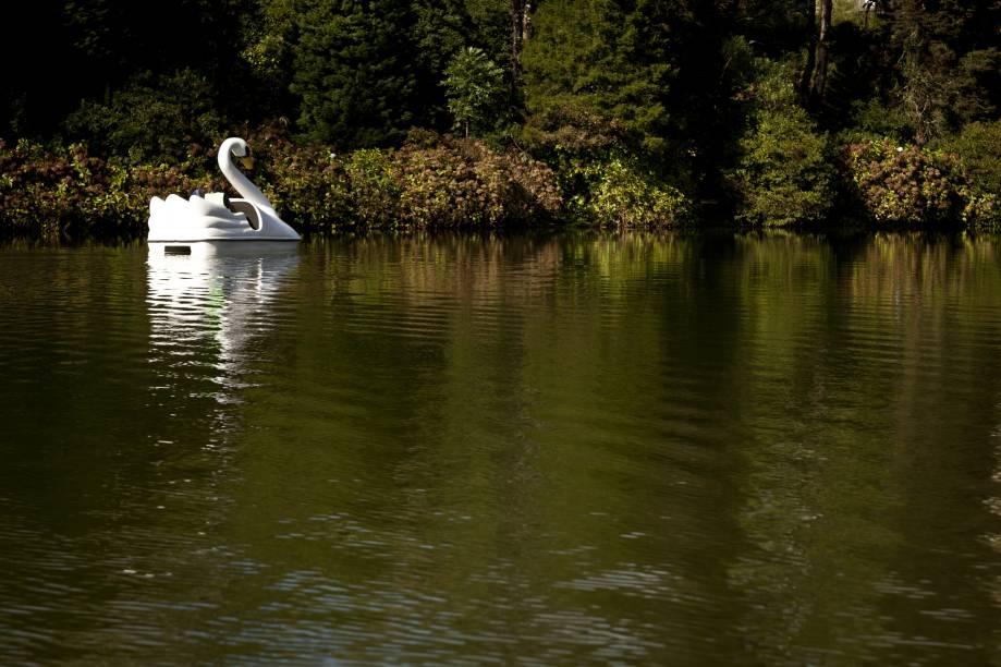 O Lago Negro, em Gramado (RS), recebeu seu nome por estar cercado de árvores trazidas da Floresta Negra, na Alemanha. Casais apaixonados passeiam tranquilamente nos pedalinhos enquanto turistas caminham em volta do lago.