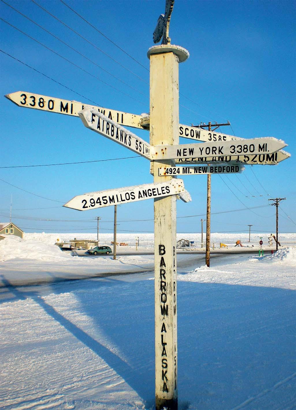 Rua sob a neve em Barrow, a cidade mais ao norte do Alasca