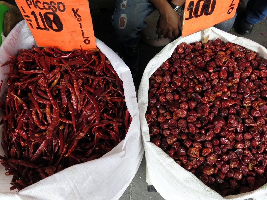 Sacos de pimentas na Cidade do México (foto: Angélica Portales)