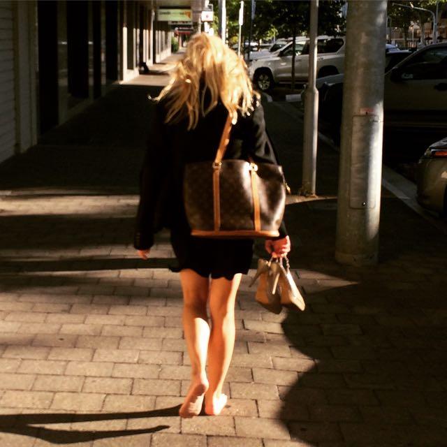 Saindo do escritório no centro de Adelaide de salto na mão é pé no chão