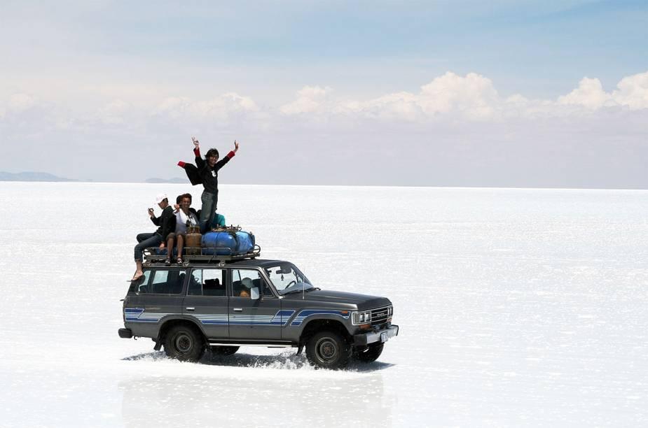 É preciso estar em um carro 4x4 para percorrer o Salar; o indicado é visitar as agências na cidadezinha de Uyuni, na entrada do parque nacional, que oferecem passeios com hospedagem e comida inclusos