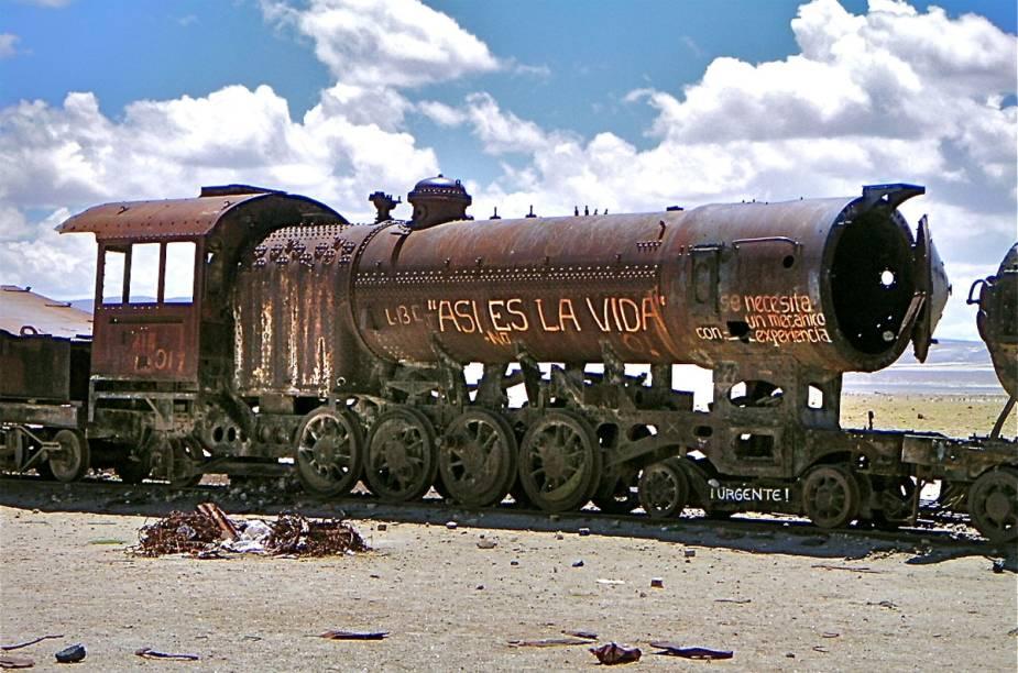 Uma das primeiras paradas do passeio pelo Salar de Uyuni é o cemitério de trens, na saída de Uyuni