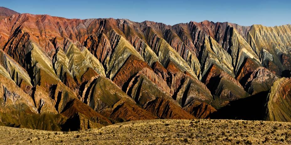 Ao norte de Salta, na cidadezinha de Jujuy, está a Quebrada de Humahuaca - um vale cercado por montanhas ultracoloridas que já fez parte do cenário de trilhas incas há milhares de anos, e que hoje está na lista de Patrimônios Naturais da Unesco