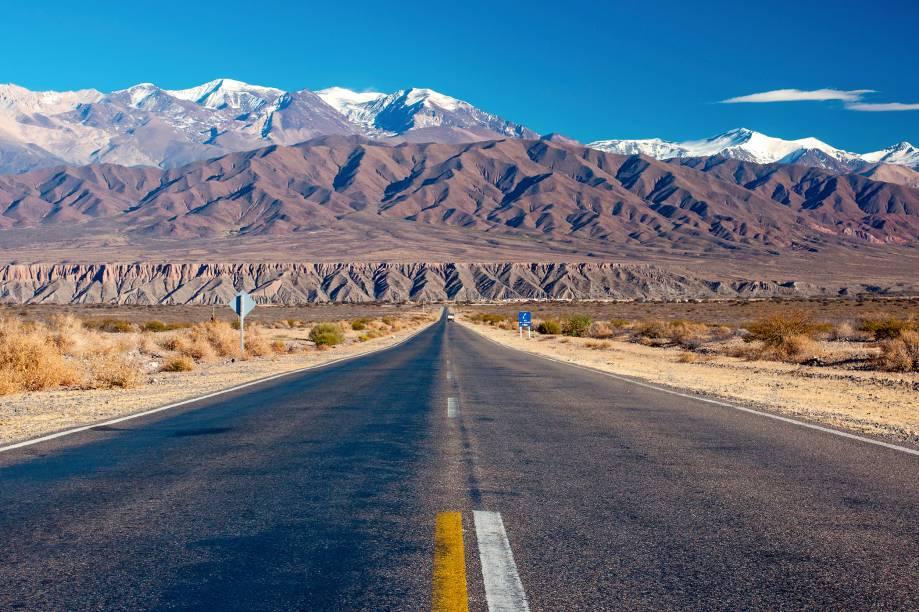 Em Salta, cidade mais turística do norte da Argentina, vale a pena alugar um carro e viajar pelas estradas da região para conhecer as vinícolas e explorar as vilas à beira da Cordilheira dos Andes