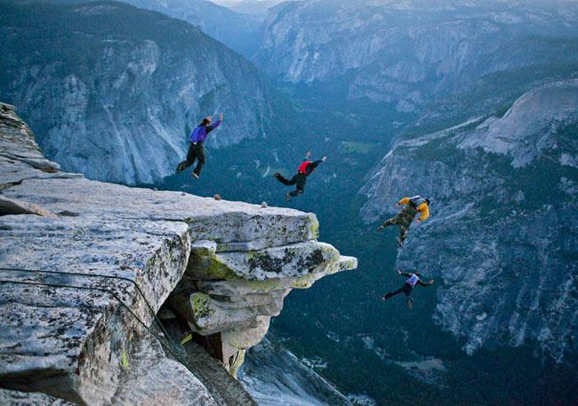 Apesar de ser ilegal saltar do Half Dome, o base jumping é um esporte em alta no Yosemite. Os escaladores dizem que descer ao vale de paraquedas é mais rápido (e divertido) do que voltar a pé pelo outro lado da montanha.