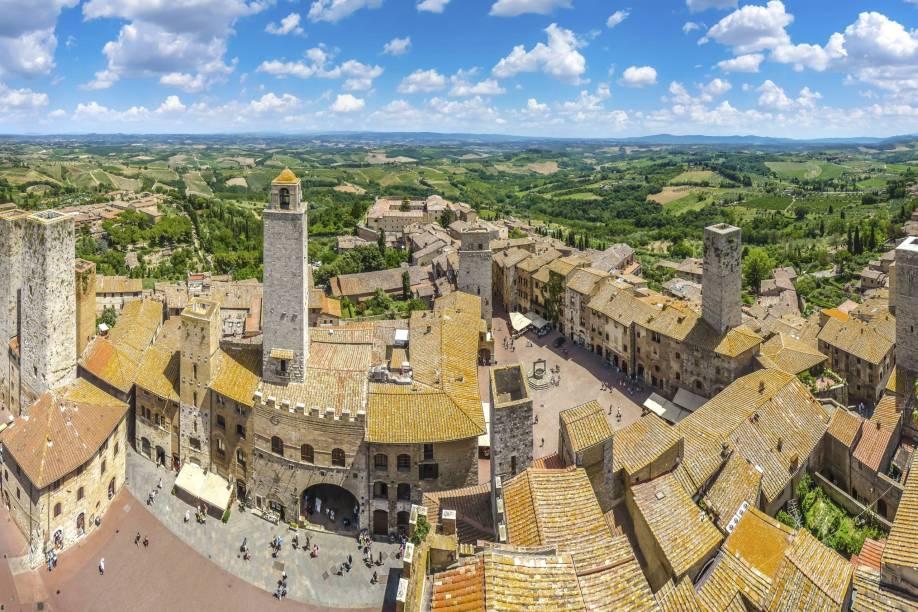 Uma das atrações mais encantadoras de San Gimignano é a Piazza della Cisterna, em formato triangular e cercada por casas e torres medievais