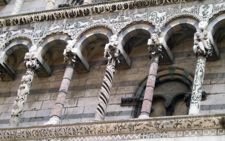 A Igreja de San Michele in Foro, em Siena, se destaca por sua fachada com dezenas de colunas, todas diferentes umas das outras