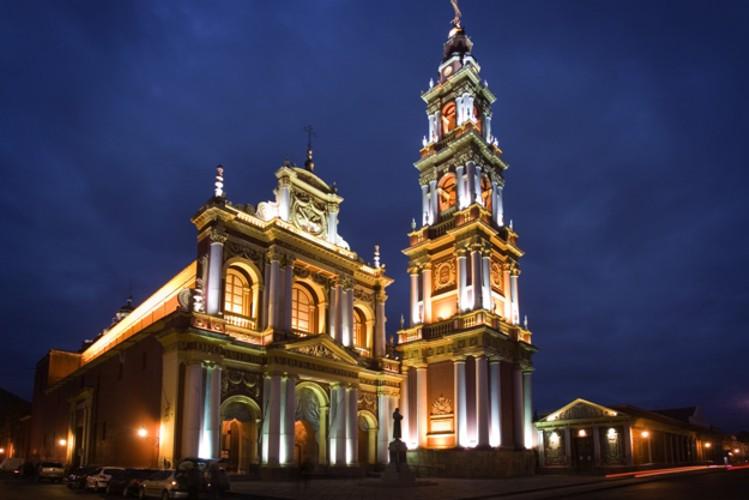 Fachada e campanário da igreja de São Francisco, em Salta