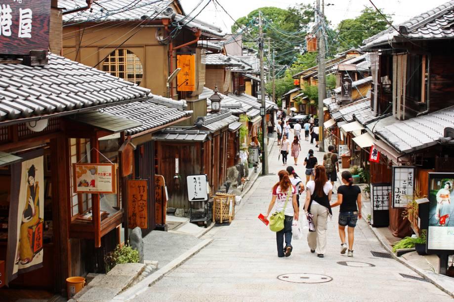 Durante o dia Sannenzaka é uma movimentada rua com seus restaurantes e lojinhas de artigos típicos