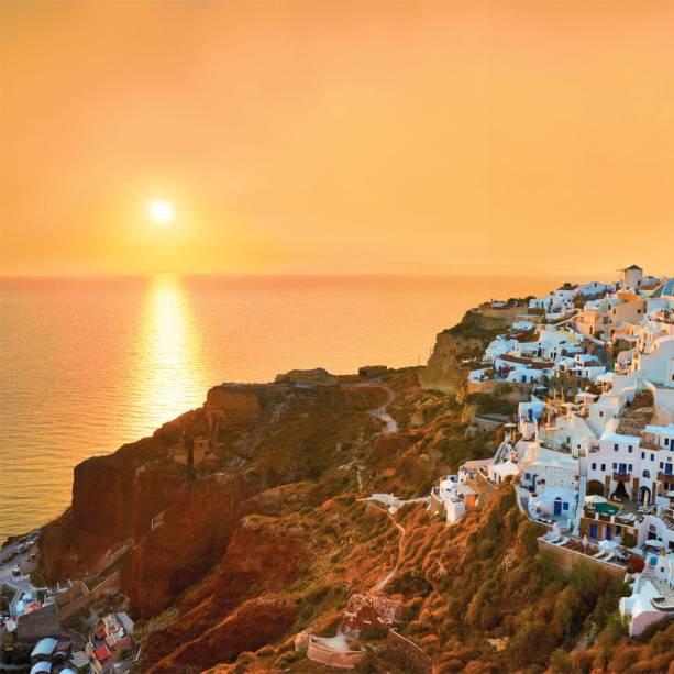 Quem precisa de praia quando tem as casas caiadas de branco e o pôr do sol de Santorini?