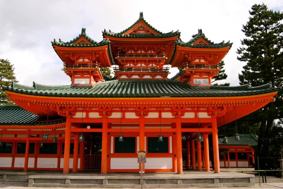 Apesar de razoavelmente recente, o santuário Heian remete à antiga Kyoto, quando boa parte das linhas arquitetônicas ainda eram fortemente influenciadas pela escola chinesa
