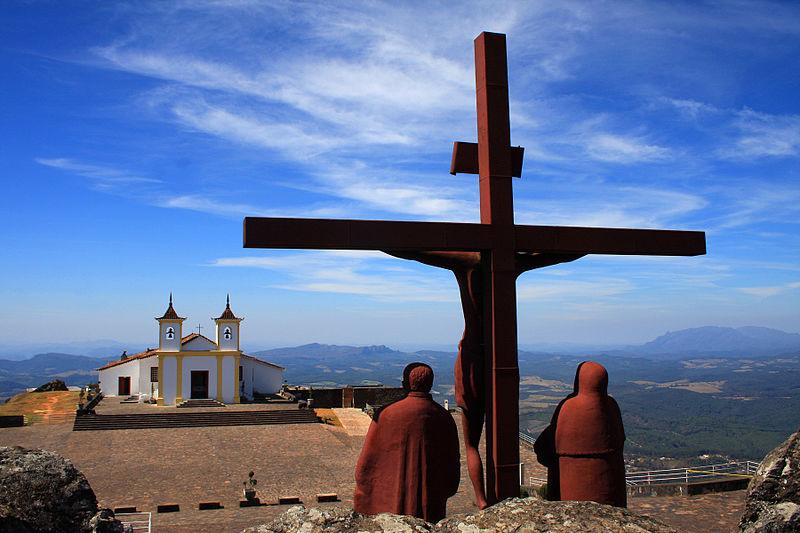 Santuário Nossa Senhora da Piedade: o skyline mineiro e a arte barroca. Foto: Sérgio Mourão/Wikimedia Commons