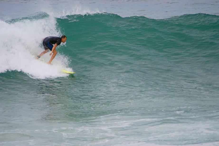 Surfista na Praia Mole, em Florianópolis (SC)