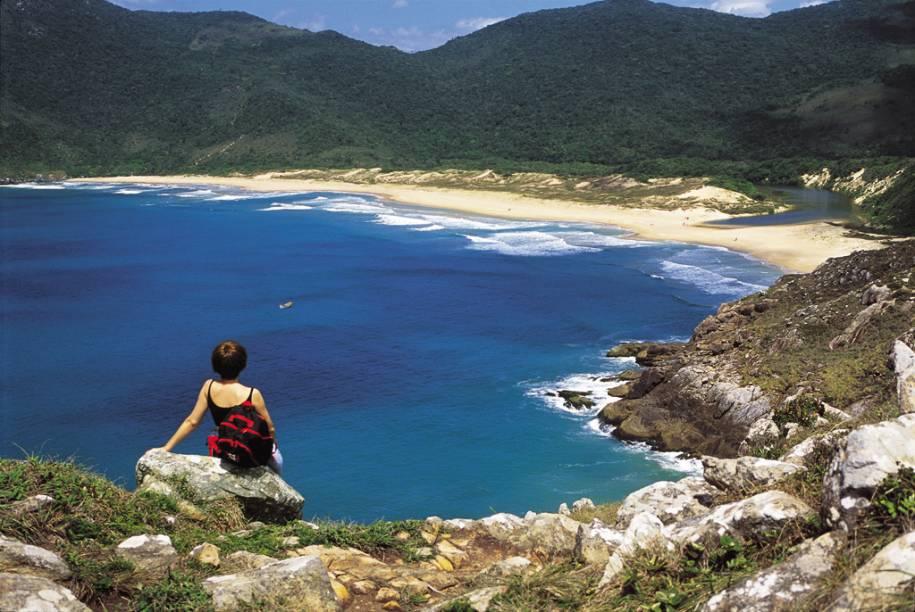 Chegar a mais bela praia de Florianópolis (SC) demanda esforço. Trilhas longas com subidas íngremes precisam ser encaradas para chegar à Lagoinha do Leste