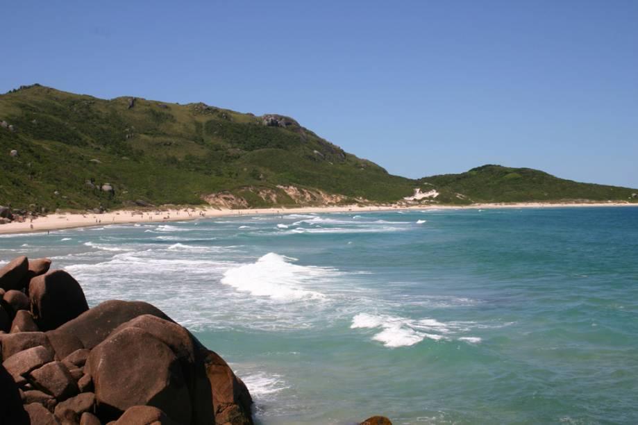 A Praia Mole é o ponto de encontro dos jovens em Florianópolis (SC). O mar possui ondas disputadas pelos surfistas, enquanto o morro ao lado serve de rampa de decolagem para praticantes de voo livre