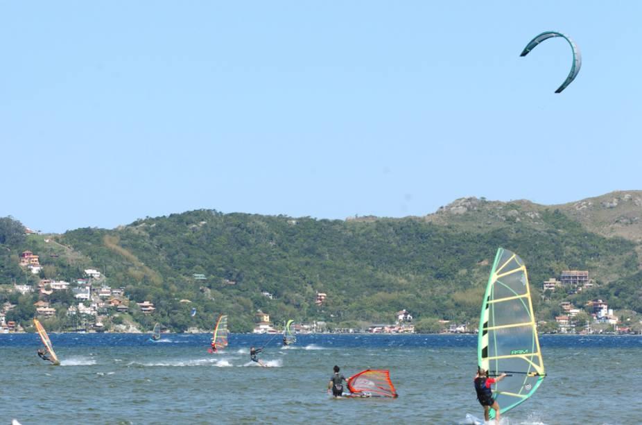 Para quem nunca praticou windsurfe e kitesurfe, a Lagoa da Conceição, em Florianópolis (SC), é um ótimo lugar para começar. Aulas para iniciantes são oferecidas por agências locais