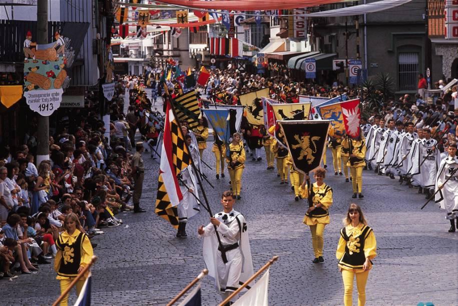 Em outubro a cidade de Blumenau (SC) recebe a segunda maior Oktoberfest do mundo. Só fica atrás da original, em Munique. Os desfiles oficiais acontecem na Rua 15 de Novembro enquanto o agito noturno fica na Vila Germânica. Aqui a diversão fica por conta da cerveja e da culinária alemã ao som de bandas típicas