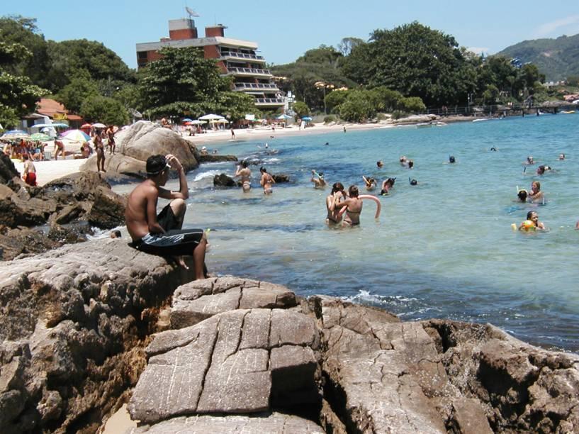 Com mar calmo e peixinhos nandando bem perto da areia, a Praia da Sepultura é uma das melhores de Bombinhas (SC) para o mergulho com snorkel
