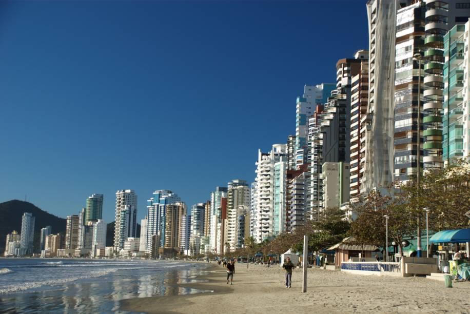 Com 8 km de extensão, a Praia Central de Balneário Camburiú (SC) é ótima para passear, pedalar ou correr no calçadão. A Avenida Atlântica, que contorna toda a orla, é cheia de bares e restaurantes. Mas cuidado, o mar, de águas turvas e tranquilas, tem trechos impróprios para banho e, a partir das 14h, a areia é tomada pela sombra dos edifícios