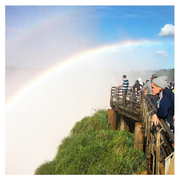 Todo mundo curtindo a duplo arco-íris nas cataratas do Iguaçu do lado argentino.
