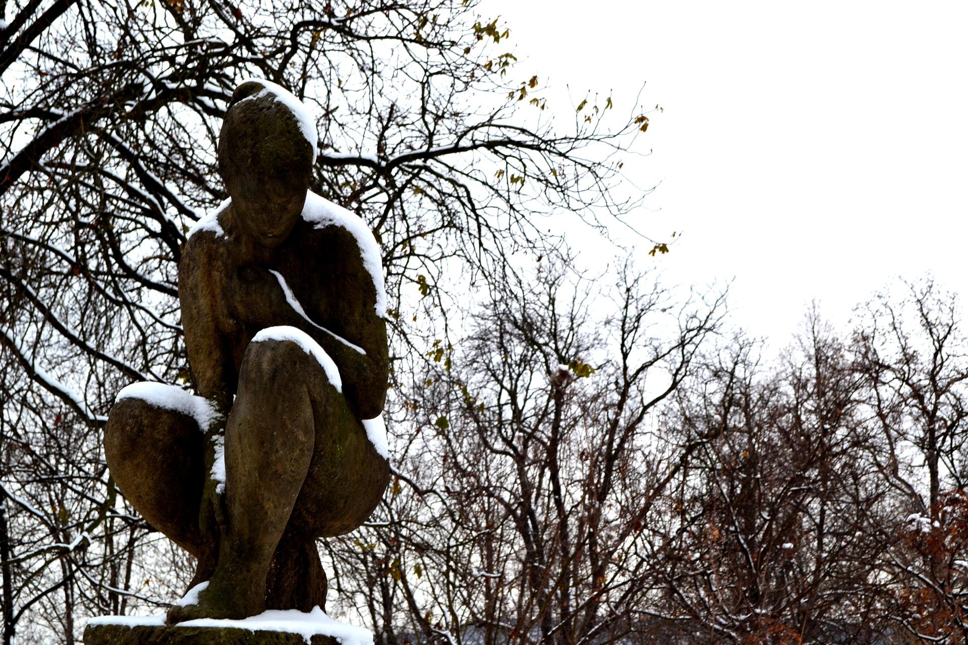 No inverno de Praga até a estátua passa frio