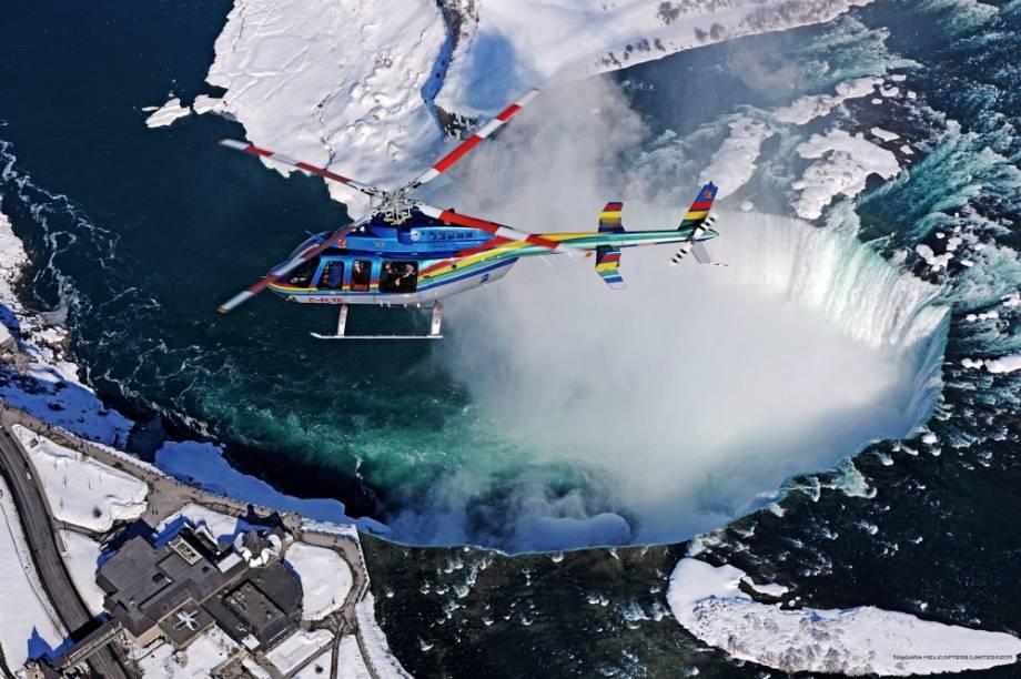 Voo de helicóptero sobre as Cataratas do Niágara