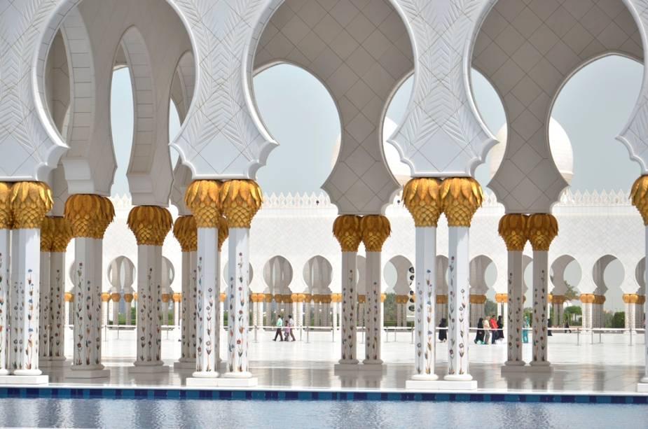 Detalhes das colunas e arcos da Grande Mesquita Sheikh Zayed: toneladas de mármore cobrem as superfícies, tornando o lugar branco de doer os olhos