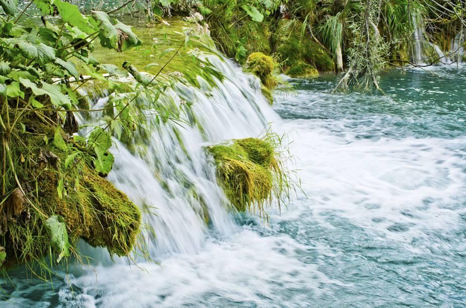 O Parque Nacional dos Lagos de Plitvice está localizado a 150 quilômetros de Zagreb, a capital da Croácia