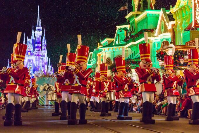 Soldados de brinquedo animam a parada de Natal do Magic Kingdom, na Disney de Orlando (foto: Jeff Krause/Flickr/creative commons