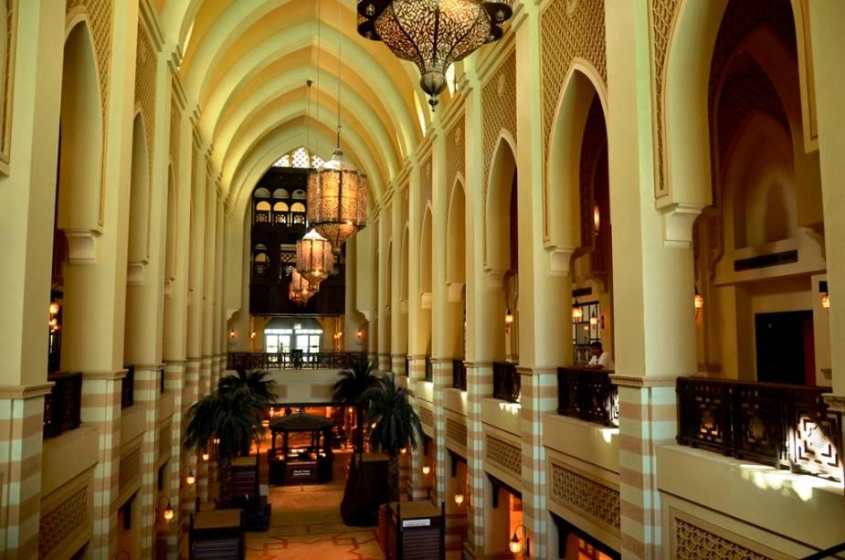 """Com sua atmosfera silenciosa e preciosas lojas de artigos tradicionais, o Souk Al Bahar é um belo passeio em downtown, <a href=""""http://viajeaqui.abril.com.br/cidades/emirados-arabes-unidos-dubai"""" rel=""""Dubai"""" target=""""_blank"""">Dubai</a>"""