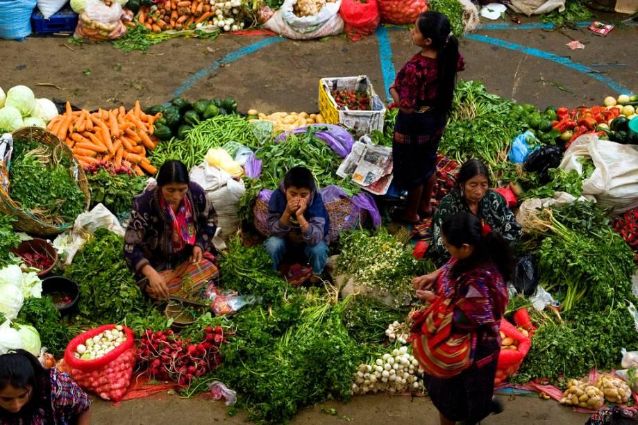"""Um delicioso cruzamento entre o que restou da cultura maia e sua herança gastronômica está no mercado de <a href=""""http://viajeaqui.abril.com.br/cidades/guatemala-chichicastenango"""" rel=""""Chichicastenango"""" target=""""_blank"""">Chichicastenango</a>, na <a href=""""http://viajeaqui.abril.com.br/paises/guatemala"""" rel=""""Guatemala"""" target=""""_blank"""">Guatemala</a>. Aqui não só se encontram cerâmicas, produtos hortifruti e artesanatos, mas também um <em>pot-pourri</em> das etnias guatemaltecas, em diferentes tipos de vestimentas e idiomas. Onde o espanhol de Cortez é apenas um detalhe, um destino tão ou mais nobre que as pirâmides de Tikal"""