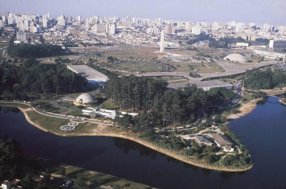 Com jardins projetados por Burle Marx, prédios projetados por Oscar Niemeyer, museus, pista de cooper, ciclovia, quadras, playgrounds, lanchonetes e restaurante, o Parque do Ibirapuera é o principal centro de lazer da cidade de São Paulo (SP). Há boa programação de shows à noite (pagos) e aos domingos (grátis).