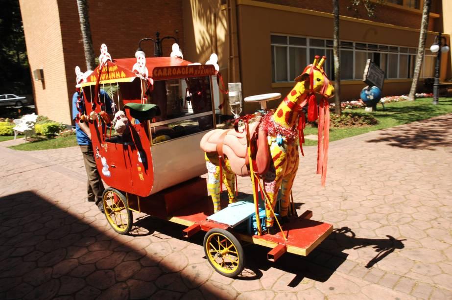 Serra Negra (SP) ainda conserva antigos hábitos, como o passeio de charrete na pracinha central