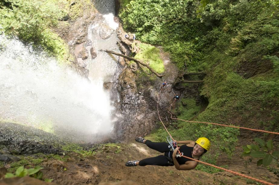 Turistas praticam canyoning na Cachoeira Cassorova, Brotas (SP). O acesso é fácil: são dez minutos de caminhada por escadaria íngreme e bem estruturada