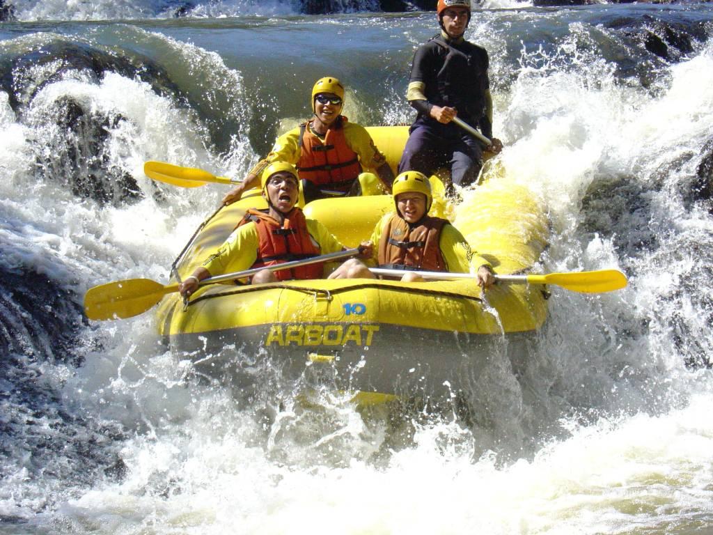 Turistas praticando rafting, Brotas (SP)