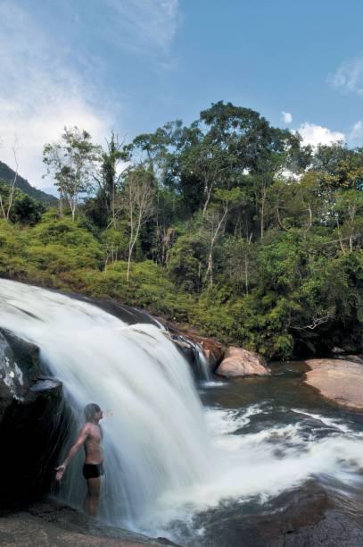 A Cachoeira do Prumirim (7m), em Ubatuba (SP), está localizada na beira da estrada BR-101 para Paraty. Com dois minutos de caminhada, você vê de cima uma das quedas; dali, são mais cinco minutos de descida até a queda principal, com poço para banho.