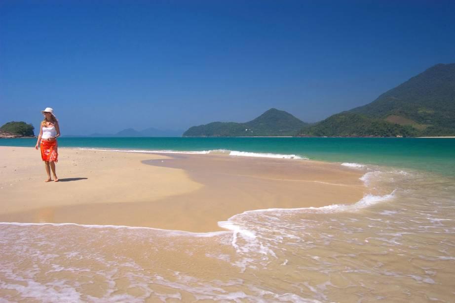 Praia da Ilha do Prumirim, localizada em frente à Praia do Prumirim em Ubatuba (SP), é destino de passeios de escuna e um ótimo lugar para mergulho