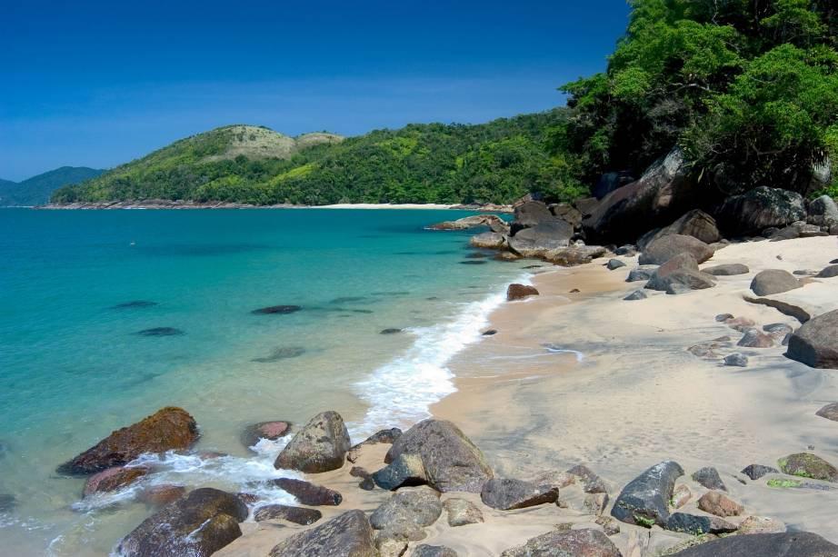 Uma das praias mais bonitas de Ubatuba (SP), a Praia do Cedro se mantém preservada (e vazia) por causa da dificuldade de acesso (40 minutos de trilha a partir da Praia Grande do Bonete). O mar com tons de azul esverdeado, é calmo e forma várias piscinas naturais.