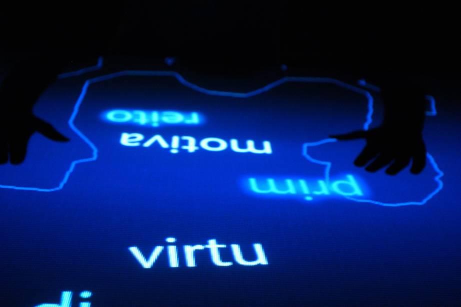 No Museu da Língua Portuguesa, em São Paulo (SP), atividades interativas tomam o lugar que costuma ser do acervo material, transformando aprendizado em lazer.