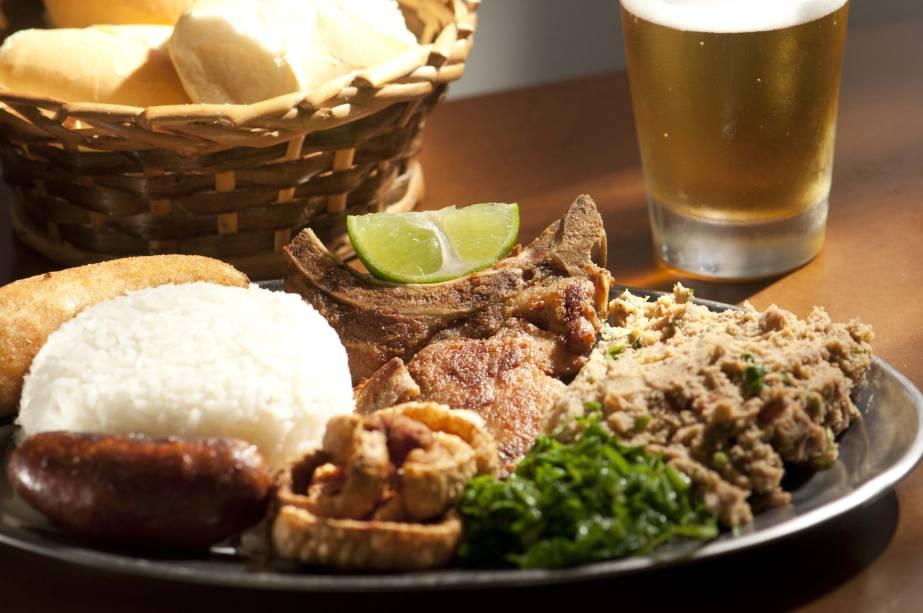 Virado à paulista, do restaurante Gijos, São Bernardo do Campo (SP), prato típico da culinária paulista