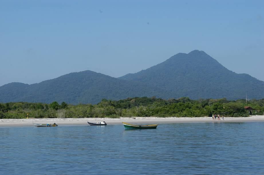O Parque Estadual da Ilha do Cardoso, em Cananéia (SP), protege uma importante área de Mata Atlântica, que cobre 90% da ilha. É um excelente lugar para quem busca isolamento e contato direto com a natureza: são quilômetros de praias desertas e trilhas pela mata
