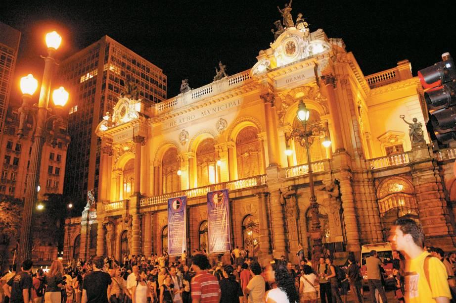 Desde 2005 a eclética Virada Cultural agita a cidade de São Paulo (SP). Shows, peças de teatro, exposições, concertos, narrações de histórias, pistas com DJ, paradas, desfiles; atividades para todas as idades e todos os gostos acontecem em todos os cantos da cidade, durante 24 horas ininterruptas.